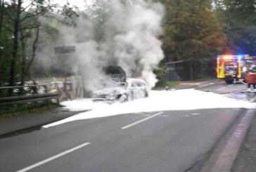Mercedes brennt bei Buchholz aus, Feuerwehr Steinbergen löscht