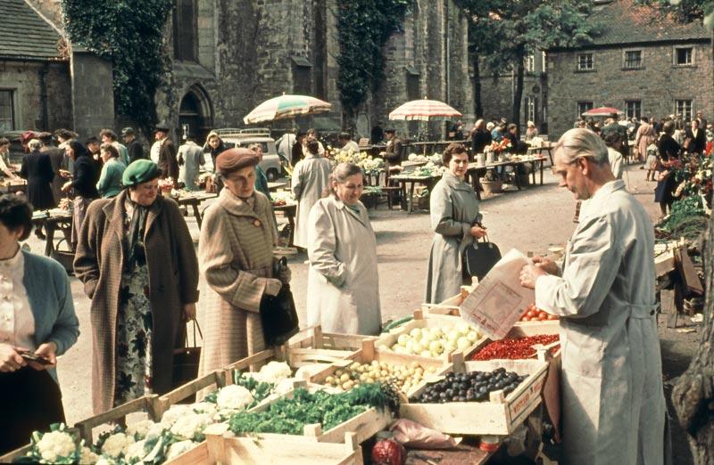 Eins der Motive aus dem Kalender: Der Wochenmarkt auf dem Kirchplatz um 1960. (Foto: privat)