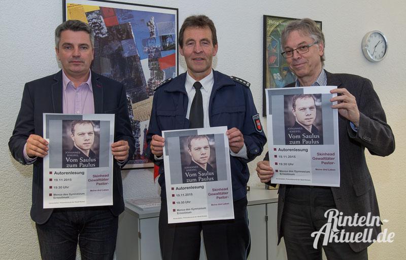 Von links: Joachim Steinbeck und Wilfried Korte vom Präventionsrat, daneben Schulleiter Reinhold Lüthen.