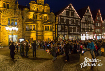 Martinsumzug mit THW-Begleitung durch Rintelns Altstadt