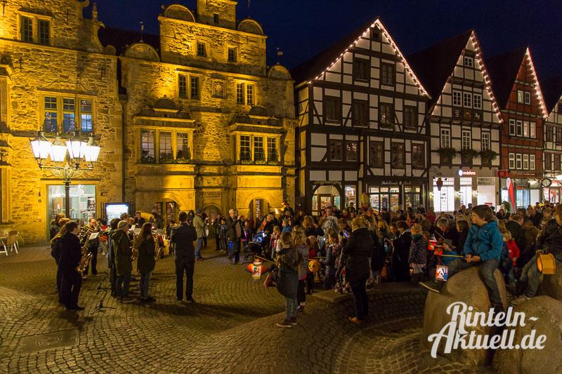 01 rintelnaktuell martinsumzug singen laterne 2015 kirche
