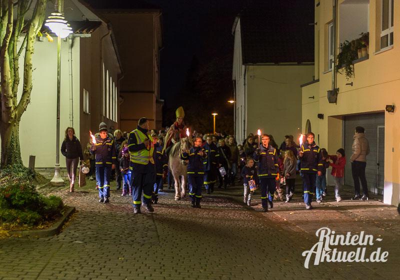 04 rintelnaktuell martinsumzug singen laterne 2015 kirche