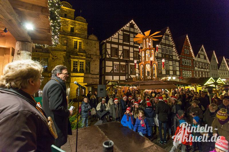 06 rintelnaktuell adventszauber weihnachtsmarkt 2015 buden tannenbaum gluehwein