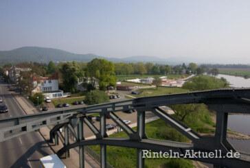 Auf Weserbrücke Kamera geraubt: Polizei sucht Zeugen