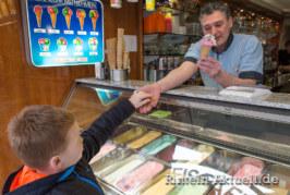 Einkaufen, Eisessen, Entspannen: Rintelner Einzelhändler spendieren wieder Eistaler