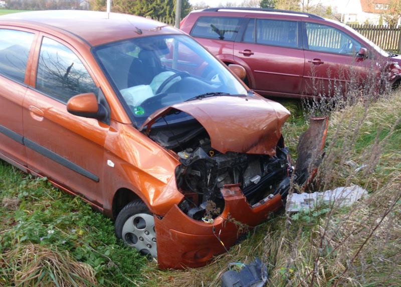 Die beiden beteiligten Autos wurden bei dem Unfall stark beschädigt, die Fahrerinnen verletzt. (Foto: privat)