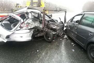 B83: Auto schleudert in Gegenverkehr, 3 Verletzte