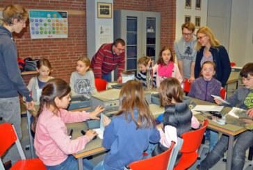 Spielerisch für Physik begeistert: 14 Grundschulklassen besuchen Gymnasium