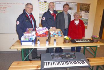 Keyboards, Süßigkeiten und sonstiges: Spendenübergabe in der Prince Rupert School