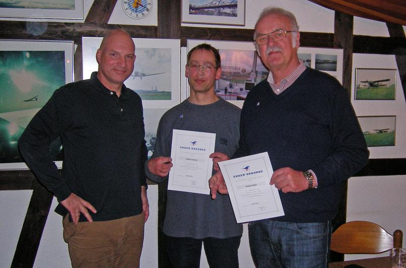 Ehrung für 25 jährige Vereinszugehörigkeit; von links nach rechts : 1. Vorsitzende Karsten Fahrenkamp, Dietmar Heintze und Norbert Seifert