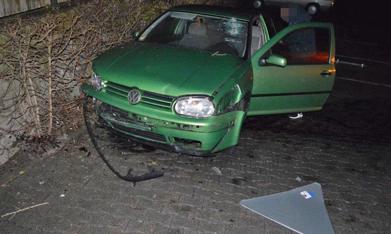 Der Golf wurde bei dem Abflug stark beschädigt. (Foto: Polizei Nienburg/Schaumburg)