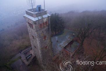 """""""Floating Cam"""" zeigt den Klippenturm bei Nebel von oben"""