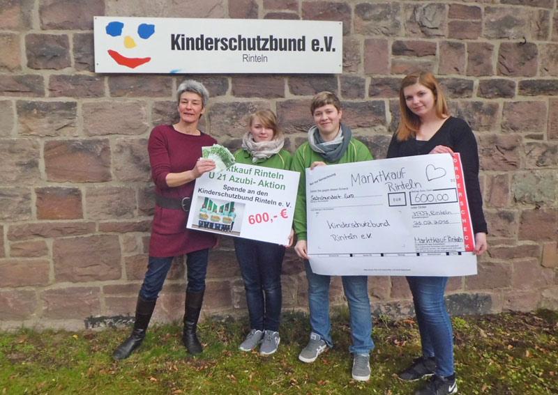 Martina Platen vom Kinderschutzbund freute sich über die Spende der Marktkauf-Azubis. (Foto: privat)
