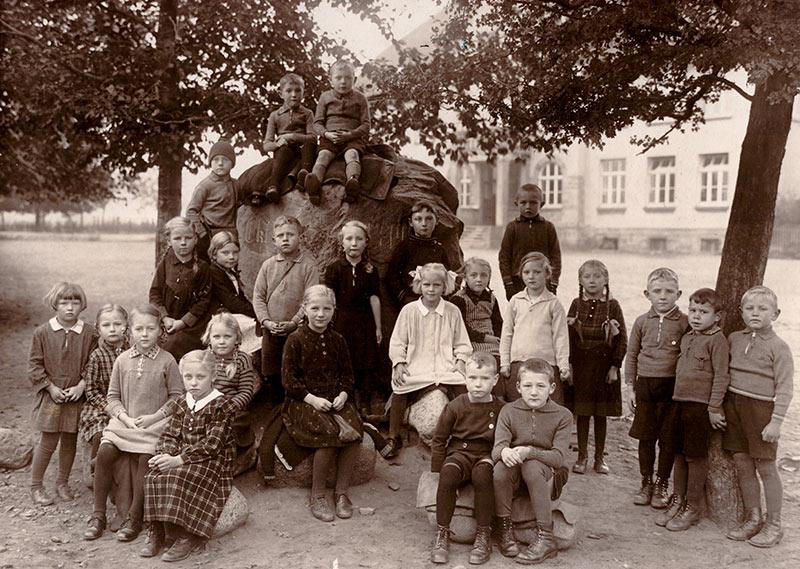 Kinder auf dem Schulhof Eisbergen um 1930 (Foto: privat)