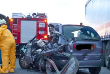 A2: Schwerer Unfall mit einem Auto und drei LKW