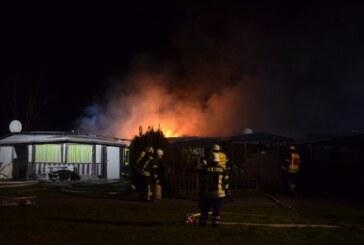 Helenensee: Feuerwehr löscht Wohnwagenbrand