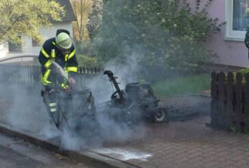 Feuerwehren löschen brennenden Rasenmäher in Todenmann