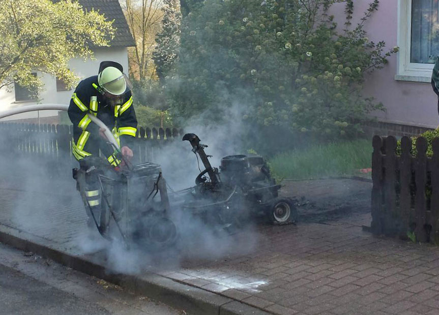 01-rintelnaktuell-feuerwehreinstz-todenmann-rasenmaeherbrand-21.4.16