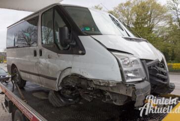 Steinbergen: Ford Transit beschädigt Zäune, Haus und kippt um