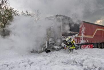 A2: LKW-Brand bei Veltheim, Reifenteile treffen Auto, 16 km Stau, 200.000 Euro Schaden