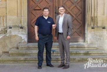 Bürgermeister übergibt Ehrenamtskarten