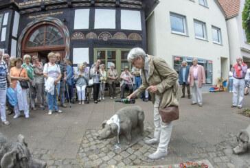 Stein-Schweine in der Brennerstraße getauft: Sie heißen Anna, Friedel und Ludchen