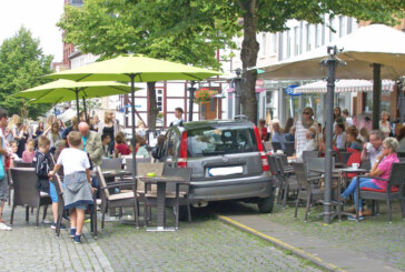 Glück gehabt: Eisdiele, Tische, Stühle und mittendrin ein Fiat Panda