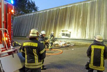 Feuerwehr Rinteln löscht brennenden Papiercontainer im Schubertweg