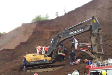 Unfall im Steinbruch Steinbergen: Erdrutsch klemmt Baggerfahrer ein: