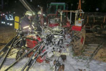 Feuerwehr löscht brennenden Traktor im Wald nahe Klippenturm
