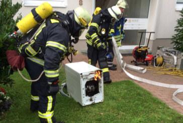 Feuerwehr löscht brennende Waschmaschine