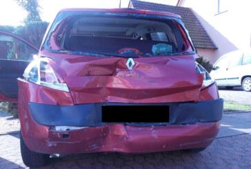 Kleinenbremen: LKW schiebt Renault in Vorgarten