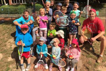 """Bewegter Kindergarten: """"Waldzwerge"""" erobern den Tennisplatz"""