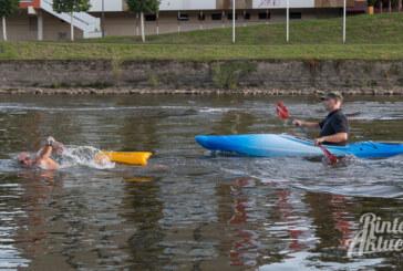 Fünf Stunden in der Weser: Extrem-Schwimmer kraulen von Rinteln bis nach Minden