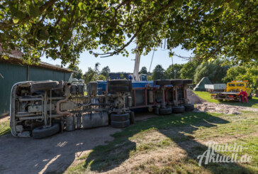 Steinbergen: LKW fällt beim Abkippen um