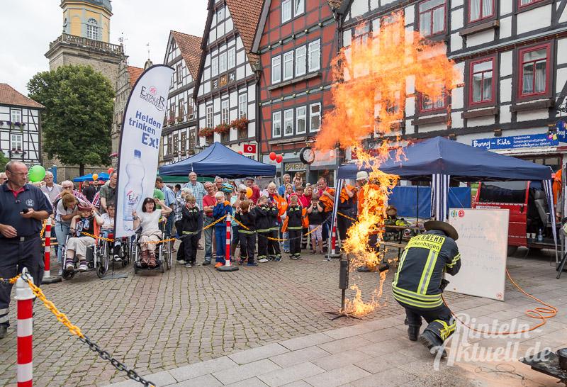 15 rintelnaktuell brandschutztag marktplatz feuerwehr jugend nachwuchs vorfuehrung information loeschen kinderfinder 2016