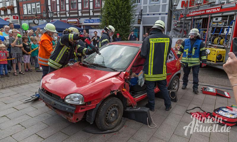 17 rintelnaktuell brandschutztag marktplatz feuerwehr jugend nachwuchs vorfuehrung information loeschen kinderfinder 2016