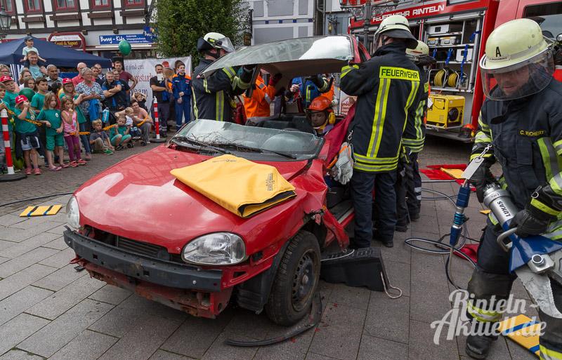 19 rintelnaktuell brandschutztag marktplatz feuerwehr jugend nachwuchs vorfuehrung information loeschen kinderfinder 2016