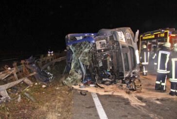 LKW-Unfall auf der A2: Fahrer schwer verletzt, 300.000 Euro Schaden
