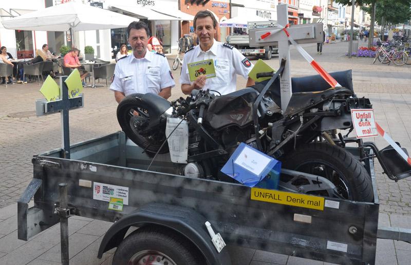 Kripo-Chef Jörg Stuchlik und Polizei-Chef Wilfried Korte wollen mit dem zerstörten Motorrad wachrütteln und zum Umdenken bewegen. (Foto: Radio Rinteln)