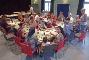 """""""Rinteln isst bunt"""": Afghanische Flüchtlinge kochen und essen mit deutschen Gästen"""