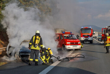 Audi A4 auf Autobahn ausgebrannt