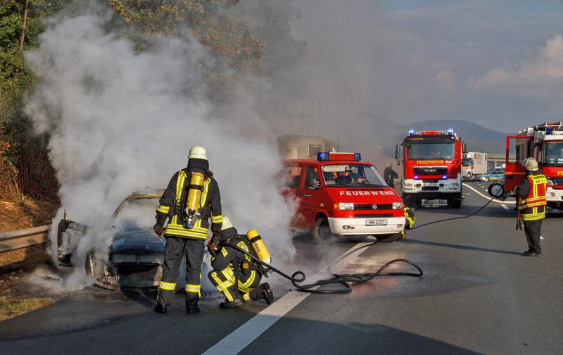 01-rintelnaktuell-a2-autobahn-fahrzeugbrand-feuerwehreinsatz-3-10-16
