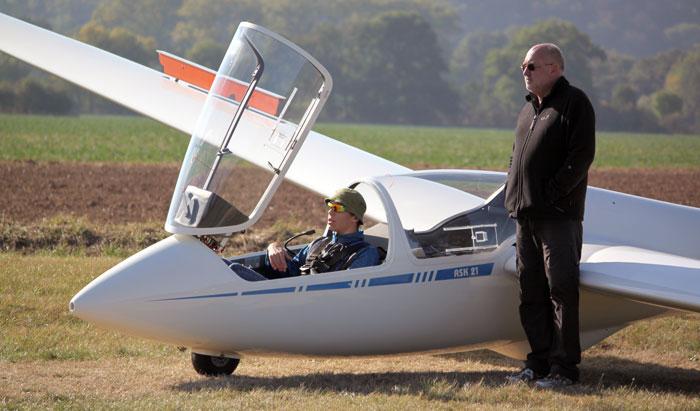 Malte Bachmann erhält letzte Tipps von Fluglehrer Thomas Himmelsbach. (Foto: privat)