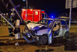 Portabrücke: Auto prallt gegen Ampel, Fahrer schwer verletzt