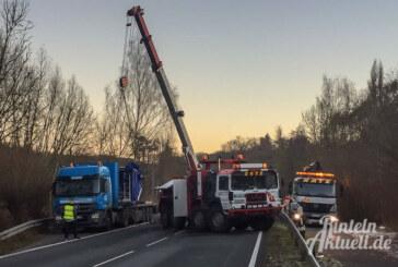 Bei Krankenhagen: Kran-Teil auf LKW verrutscht, Extertalstraße gesperrt