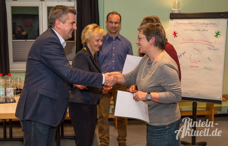 01-rintelnaktuell-familienpatenprojekt-kinderschutzbund-schulung-teilnehmer-ehrenamt-urkunden-november-2016
