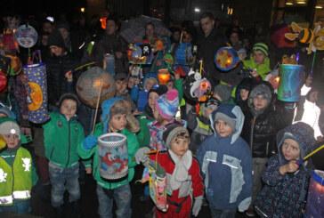 Laterne, Sonne, Mond und Gummistiefel beim Laternenfest des Comenius-Kindergartens