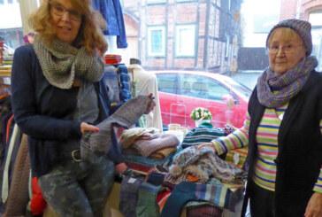 """Warme Kleidung für DRK-Kleidershop: """"Strickliesel"""" spendet Selbstgestricktes aus Wolle"""