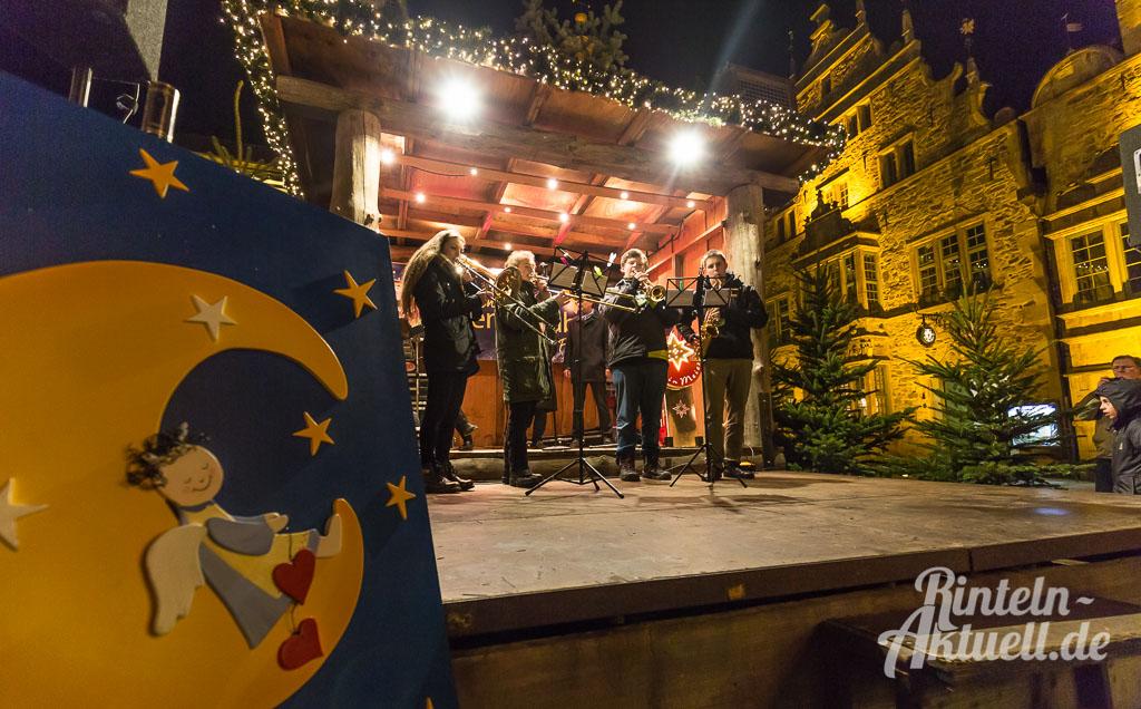 04-rintelnaktuell-adventszauber-weihnachtsmarkt-2016-eroeffnung-budendorf-huetten-gluehwein-innenstadt-marktplatz